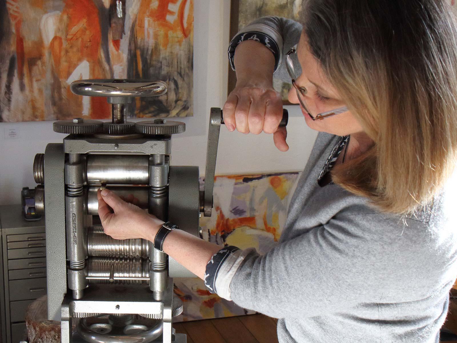 Renate Nossek arbeitet an Schmuck